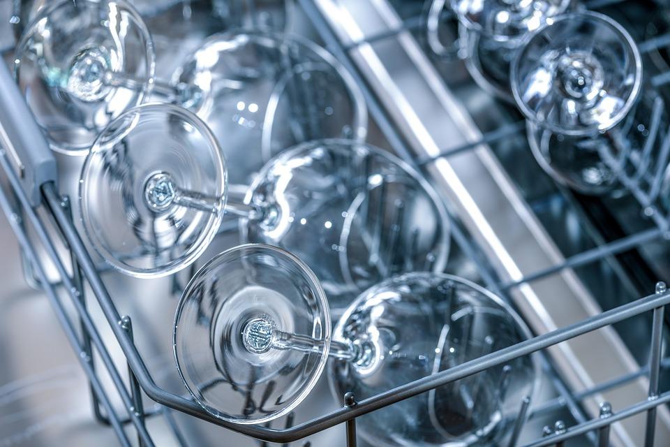 Atascos en el lavavajillas: cómo detectarlos y cómo solucionarlos.